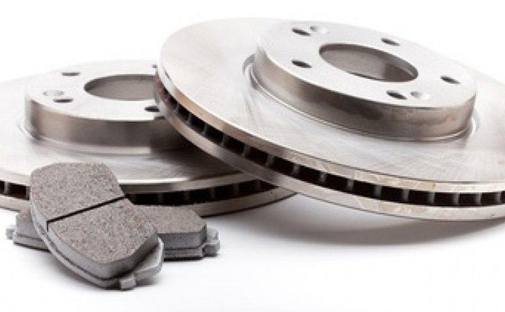 Contrôle technique DEKRA Montpellier: fonction freinage. Nous contrôlons les plaquettes de frein, les disques et le reste du circuit frein.
