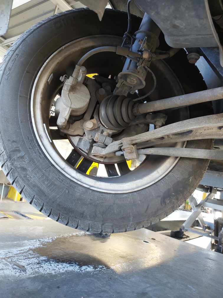 Contrôle technique DEKRA Montpellier - Liaison au sol. Vérification des pneumatiques, bras de suspension, amortisseurs et rotules de suspension.